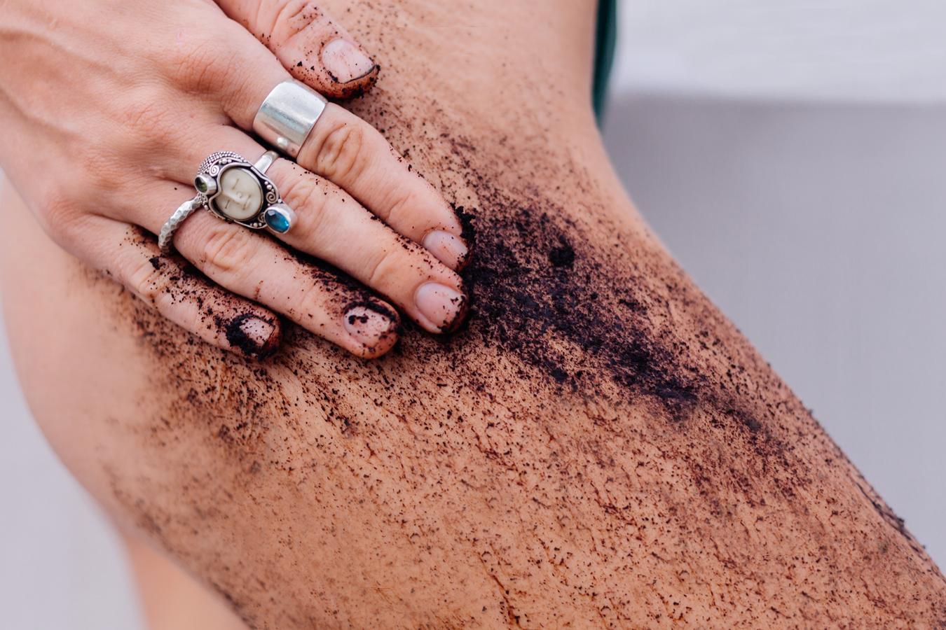 femme s'appliquant un gommage corporel