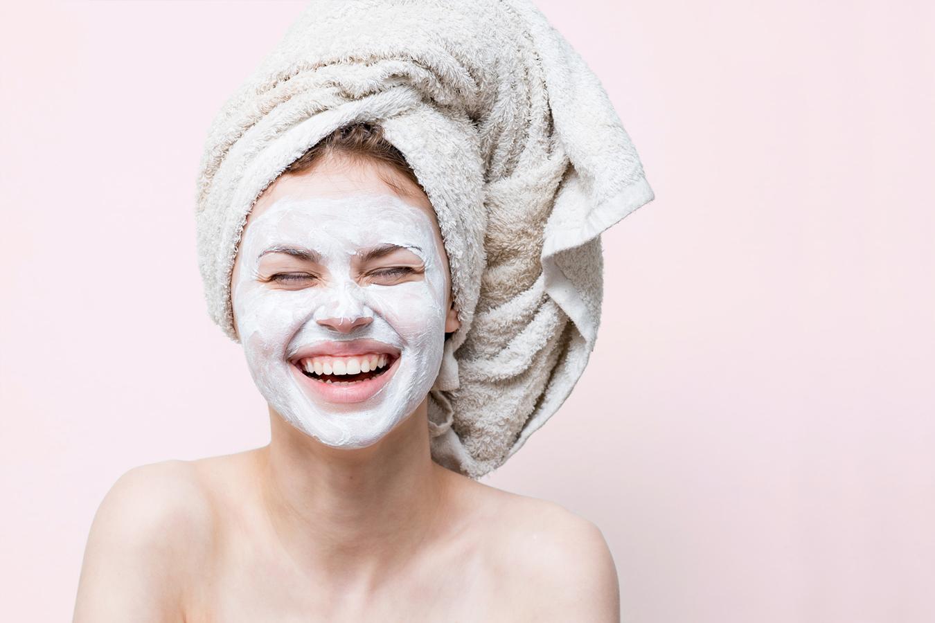 femme avec un masque visage souriant