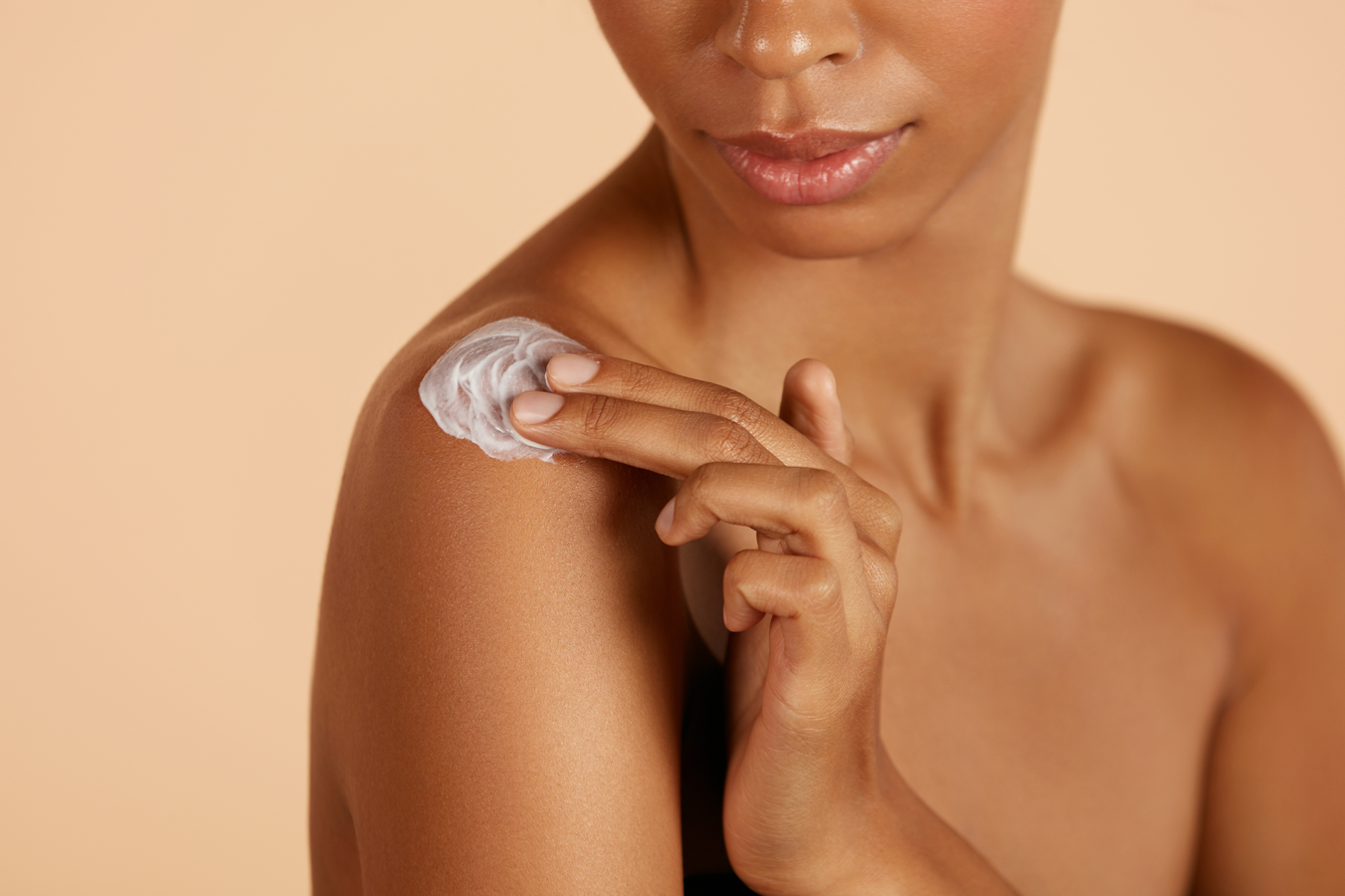 Femmes s'appliquant de la crème hydratantes sur le corps