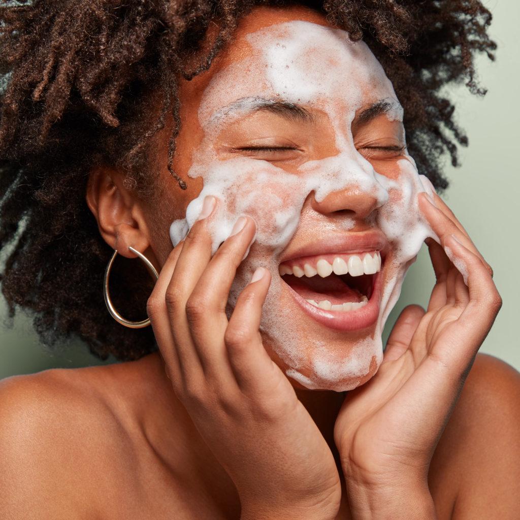 femme qui se nettoie le visage