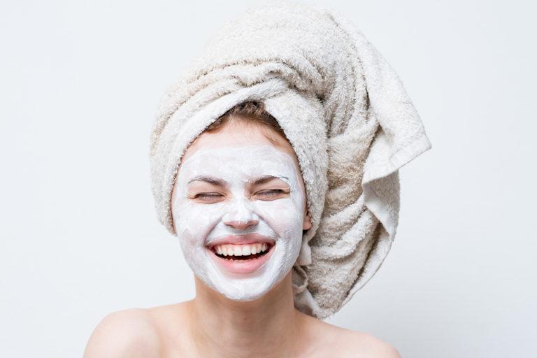 Read more about the article Gommage + Masque, pourquoi opter pour cette routine et comment choisir ses produits ?